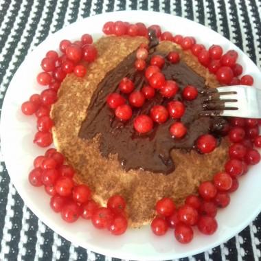 własna porzeczka czerwona na omlecie kokosowym z gorzka czekoladą  :)