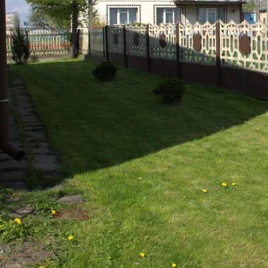 Tutaj jest ogród od strony wschodniej. Nad nim jest wąski balkon (tutaj akurat go nie widac). Ta część trawnika jest długa i wąska - nie wiem jak zagospodarować tą część... Ta część ogrodu ma po prostu ładnie wyglądać i tyle.