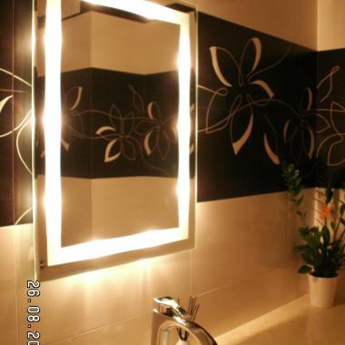 Długo szukałam lustra ale jak znalazłam to jestem z niego bardzo zadowolona. Lubię  jego ciepłe światło.