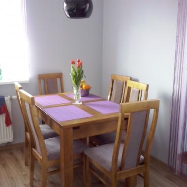 pokój dzienny z otwartą kuchnią po metamorfozie