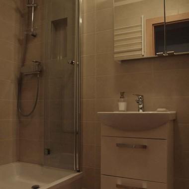 Na lewo od umywalki znajduje się brodzik. Zdecydowaliśmy się na kabinę ze składanymi drzwiami, aby powiększyć przestrzeń.