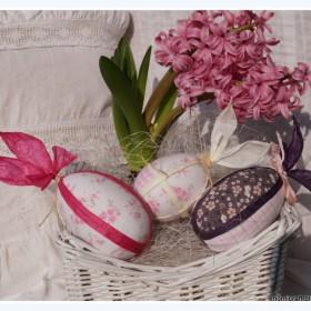 Biały koszyczek , różowy hiacynt i pisanki zajączki