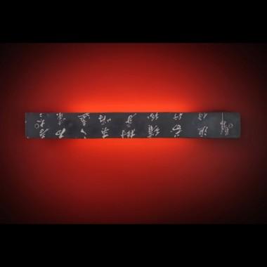 Kinkiet z konglomeratu kamienia z wyrzeźbionymi chińskimi znakami, stwarza w pomieszczeniu nastrój tajemniczości&#x3B; wymiary 63x7,5cm
