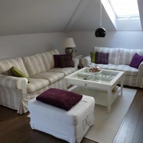 Biały salon z odrobiną fioletu