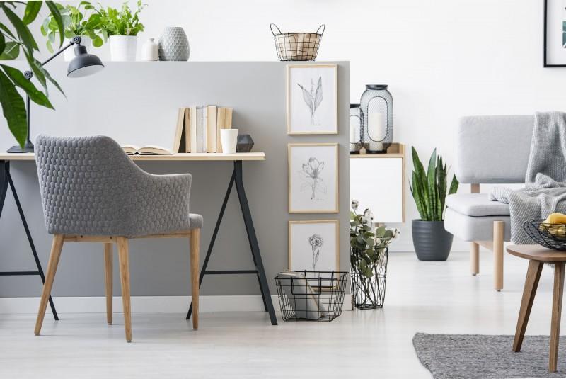 biurko w salonie