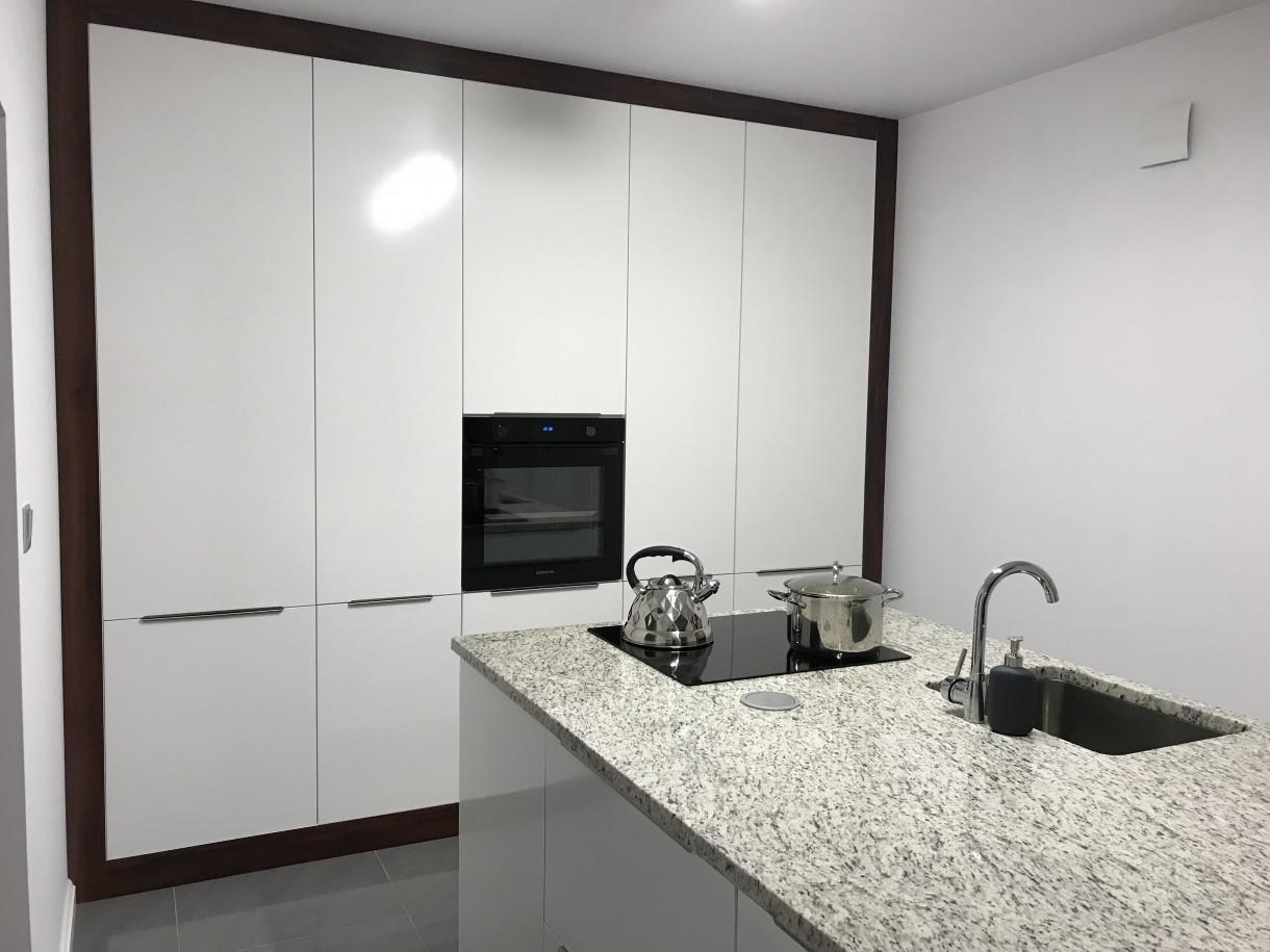 Pozostałe, Nasz nowy Dom - Kuchnia jest naszego projektu i wykonania. Dla chętnego nic trudnego. Pojemne meble mieszczą zabudowaną lodówkę i piekarnik, a mimo tego do zagospodarowania jest jeszcze sporo miejsca.