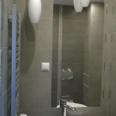 Gresowa szara łazienka