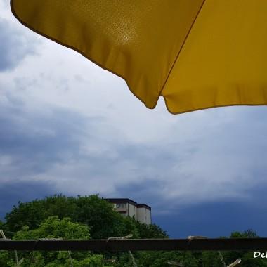 ... mieszkając w centrum miasta, nawet tak pełnego zieleni jak moje, chętnie odpoczywam na swoim balkonie, gdzie czuję się jak w niebie :)