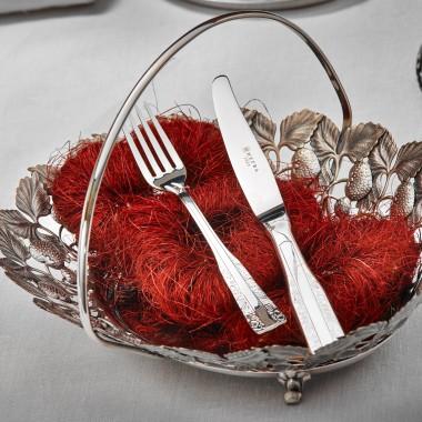 Wigilia i okres Bożego Narodzenia to czas, w którym spotykamy się z rodziną przy stole. Elegancki obrus, piękna zastawa stołowa, dwanaście tradycyjnych potraw i uśmiech na twarzach najbliższych - te niezwykłe chwile zasługują na specjalną oprawę. Oto, jak prawidłowo nakryć stół i zadbać o magiczną atmosferę z marką HEFRA.materiał prasowy