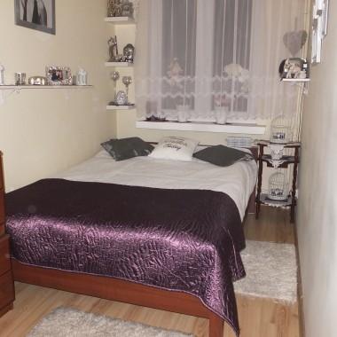 Mała sypialnia w kształcie prostokąta, trochę nie ustawna, ale dla mnie ok &#x3B;)Marzą mi się zmiany..... Co Wy na to dziewczyny ?