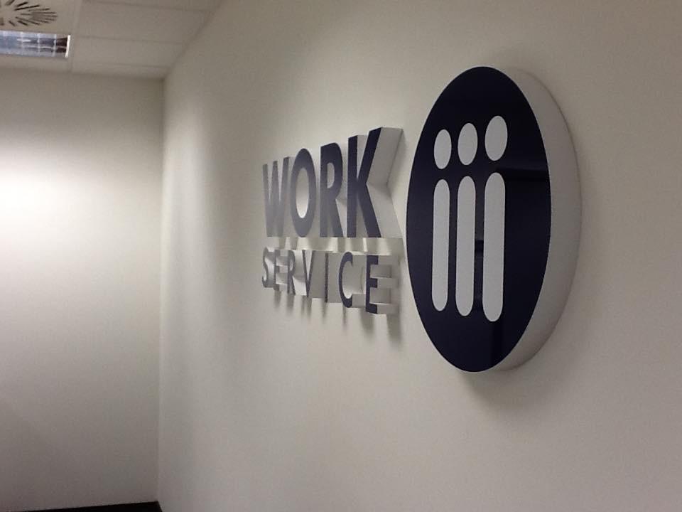 Gabinet, Kolorowe biuro Work Service Poznań - Logotyp wycięty w styrodurze, malowany i pokryty pleksi
