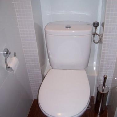 Przedstawiam Wam naszą łazienkę,maciupeńką jak połówka skorupki od orzecha ale wyczekana okropnie, taka mała a pochłonęła moje dwuletnie oszczędności i jeszcze końca nie widać wydawania kasy na duperele i durnostojki.Pozdrawiam serdecznie oglądających.
