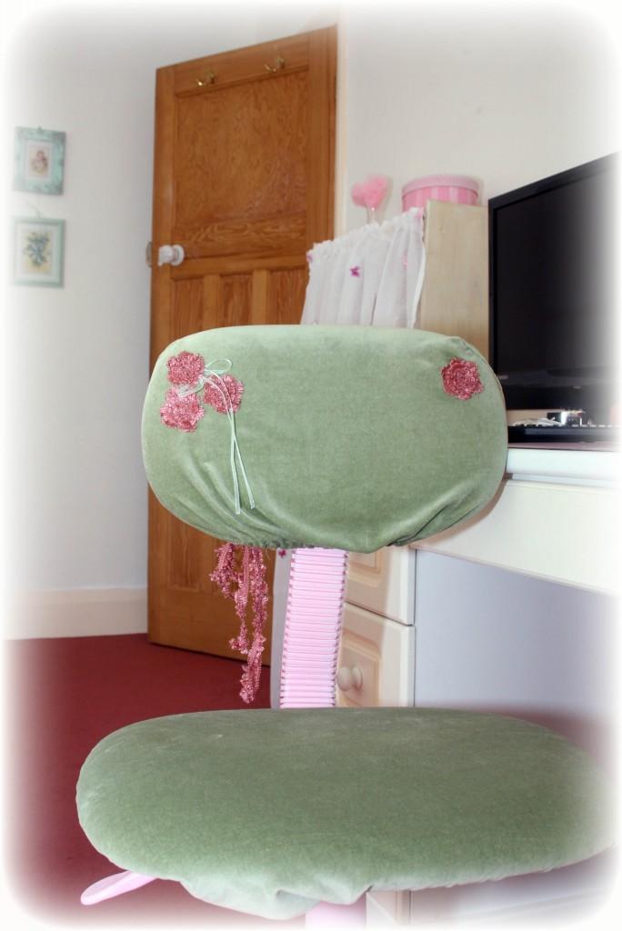 Sypialnia, POKÓJ ANETY ......zielono-biało-różowy! - krzesełko przy biurku tez obszyłam :)