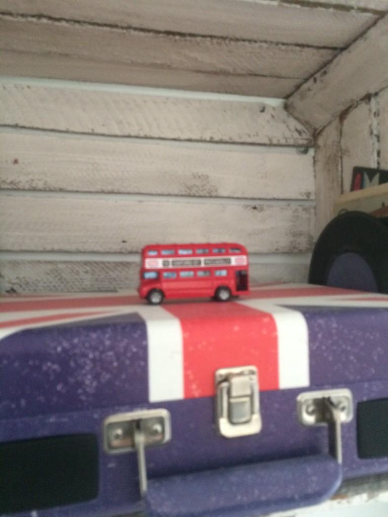 Kuchnia, pastele w kuchni i dekoracje w wiejskim domu - adapter i popularny czerwony autobus tralalalalalal ....:)