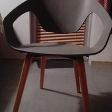 Dwa designerskie krzesła w skandynawskim stylu.