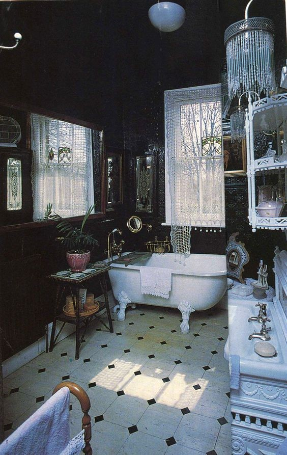 Salon, Ciemna strona wnętrz...