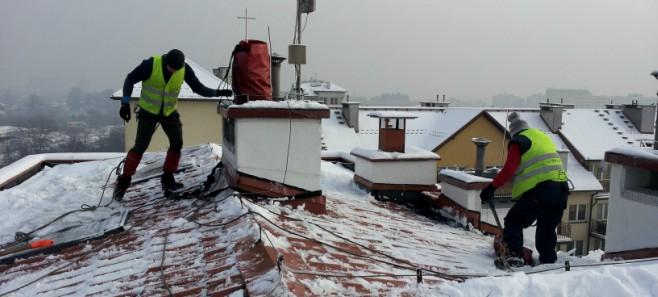 Zima tuż, tuż... Jak zadbać o to, by z dachu na naszą głowę nie zsunął się śnieg?