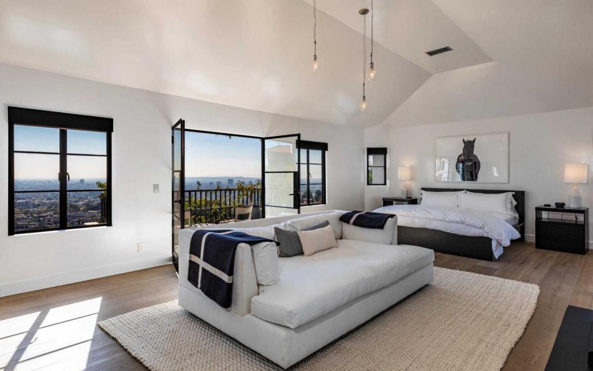 Domy sław, Nowy dom Diane Kruger i Normana Reedusa - Sypialnia główna, wraz z pokojami dla gości znajdują się na najwyższym piętrze budynku. Jej wystrój przywodzi na myśl modny styl loftowy, a z jej balkonu rozciąga się widok na miasto. Połączona z nią łazienka wygląda bardzo atrakcyjnie, z jedną ze ścian pomalowaną na czarny kolor. To nadało jej przytulnego wrażenia.  IMP FEATURES/East News