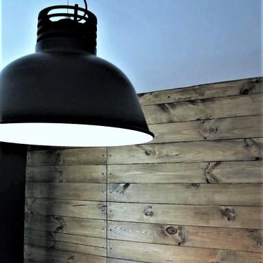 Na ścianie deski, na suficie lampa:-D