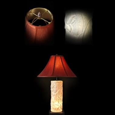 Lampa stolikowa o ciekawym trzonie w kształcie walca z wytłoczonymi kwiatem i liśćmu lotosu &#x3B; podstawa z drewna, okrągły abażur zewnątrz czerwony, wewnątrz kremowy&#x3B; wysokość lampy 69cm&#x3B; średnica abażuru 46cm