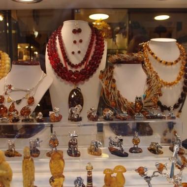 wędrując po rynku Starego miasta warszawskiego mamy do obejrzenia sklepy z biżuterią i lokale  gastronomiczne