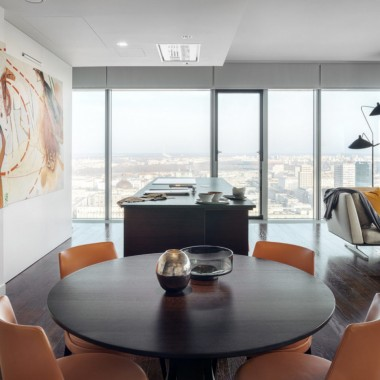 """Taki widokiem może pochwalić się niewiele osób. Z okien tego apartamentu rozciąga się widok na samo centrum stolicy. Mieszkanie mieści się w jednej z najbardziej prestiżowych lokalizacji w Warszawie – w wieżowcu """"Cosmopolitan"""" zaprojektowanym przez Helmuta Jahna. Zdjęcia: Tom Kurek"""