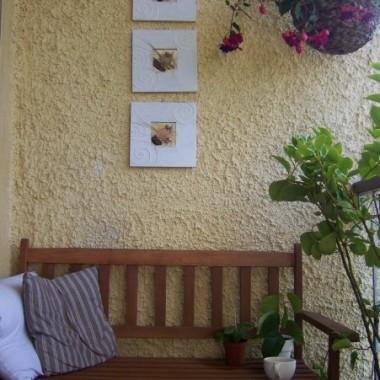 Ławeczka, podobnie jak krzesła doczekała się nowych poduszek, a ściana obrazków z morskimi motywami