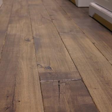 Podłoga drewniana w stylu rustykalnym, deska ręcznie stylizowana, wykonana z drewna dębowego, wykończenie olej.