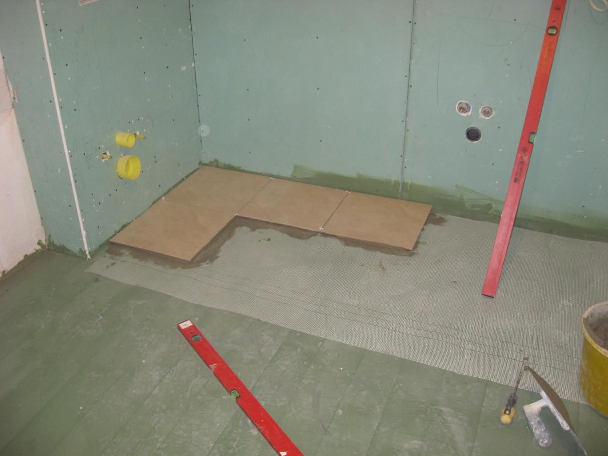 Łazienka, Aranżacja łazienki w garażu - układanie terakoty
