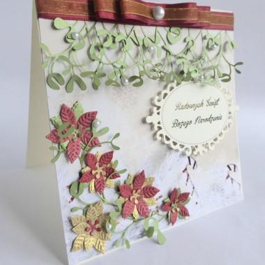Cena: 13,00 złElegancka i pozytywna kartka świąteczna, pięknie kolorowa.Rozmiar po rozłożeniu to ok 30x15 cm, a złożona tworzy kwadrat o boku ok 15cm.Wykonana z grubego 230g kremowego papieru, na którym znajduje się nastrojowy gruby 250g papier z motywami świątecznymi. Utrzymana w zielono-złoto-czerwonej tonacji, ozdobiona perłowymi 5 poinsecjami, gałązkami jemioły, stylową ramką z wyzłoconym napisem oraz efektowną świąteczną kokardą. Uwaga: motyw z dekoracyjnego papieru może się różnić na poszczególnych kartkach, wynika to z oryginalnego rozmiaru tego papieru (30x30cm), wszystkie jednak pochodzą z tej samej kolekcji.Kartka jest przestrzenna, zdobiona elementami 3D, idealna do osobistego wręczenia np. idąc w świąteczne odwiedziny.W środku znajdują się nadrukowane życzenia, do wyboru 7 wersji, otrzymają je Państwo po dokonaniu zakupu na adres mailowy lub pozostawią Państwo wybór mnie, wpisując to w wiadomości podczas zakupu.