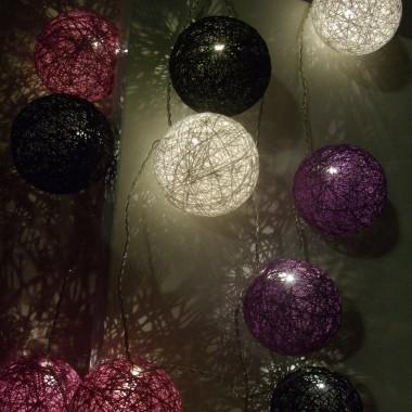 Zestaw girlandy: 12 różnokolorowych bawełnianych kul o średnicy 8 cm dobranych w odpowiednich kolorach, zainstalowanych na ledowym łańcuchu świetlnym.
