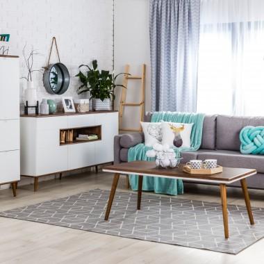Mała zmiana, a cieszy! Eksperci ds. aranżacji wnętrz salonów Agata radzą, by odmieniać salon z pomocą dodatków dekoracyjnych. Wystarczy nowy koc czy poduszka w ulubionym kolorze, a całe pomieszczenie zyska oryginalny i świeży wygląd.