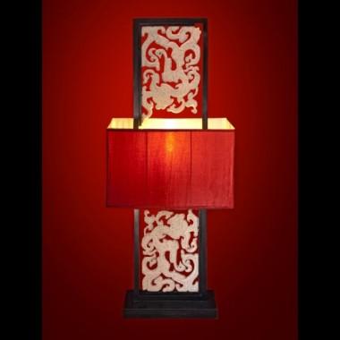 Przepiękna lampa stojąca z orientalnym ornamentem wewnątrz drewnianej ramy, wykonanym z konglomeratu kamienia&#x3B; duży abażur z materiału w kolorze czerwonym&#x3B; wysokość lampy 172cm&#x3B; szerokość abażuru 66cm