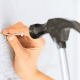 Aranżacja ściany: Co zamiast gwoździ i wkrętów?