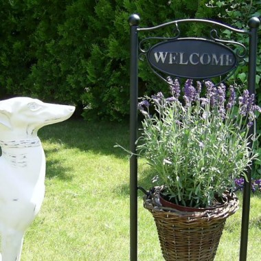 ciepla stylizacja ogrodu i tarasu, dekoracje zeliwne, metalowe... kwietniki, zardiniery, donice i korytka