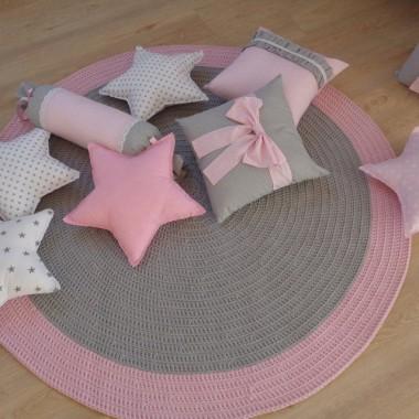 Dywan okrągły ręcznie robiony z bawełnianego sznurka do pokoju dziewczynkihttp://bogatewnetrza.pl/pl/p/Dywan-recznie-robiony-dla-dzieci/926