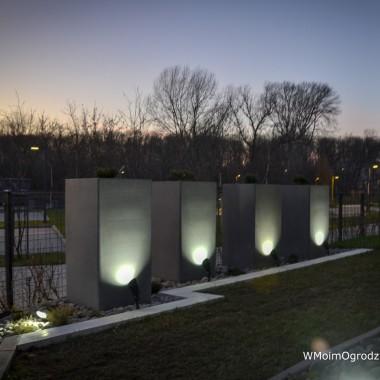 Betonowe donice, podświetlane punktowo