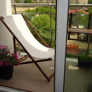 Leżak został zakupiony w IKEI. Stelaż został przemalowany w kolorze ławki i stolika.