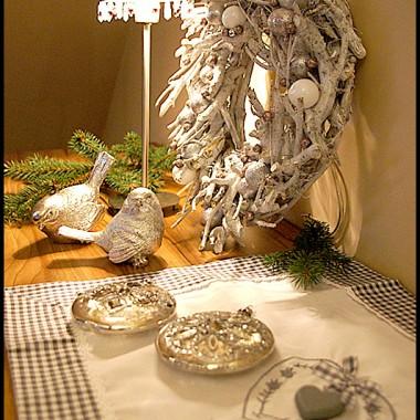 Na komodzie serwetka z romantycznej kolekcji idealnie pasuje do zimowych dekoracji.