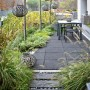 Taras, Mały, miejski ogród na dachu garażu - Mały, nowoczesny miejski ogródek. Bezpieczna nawierzchnia dla zabaw dla dzieci