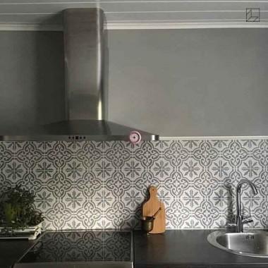 Płytki cementowe to produkty tworzone ręcznie z niezwykłą pieczołowitością i zaangażowaniem. Płytki marokańskie podłogowe to idealne wykończenie, które nada Twojemu wnętrzu niepowtarzalny styl. Płytki marokańskie to oryginalny i ekskluzywny element dekoracji mieszkania.