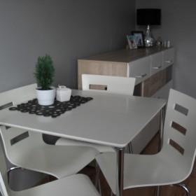 Pokój dzienny biało-szary na 12 m2