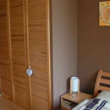 Sypialnia uległa metamorfozie.Szafy są zrobione przez mojego męża już kilka dobrych lat temu.Meble też nie były zmieniane.Ściany zostały pomalowane i trochę nowych dodatków.