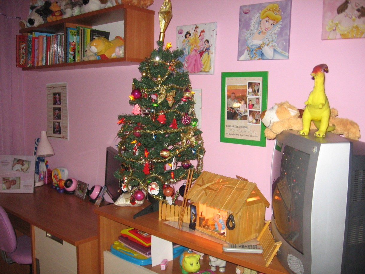 Pozostałe, Pokoik córki - mała zmiana okna, firanki, zasłonki - w tym roku po raz pierwszy córcia ma choinkę również w swoim pokoju i dużą podświetlaną stajenkę