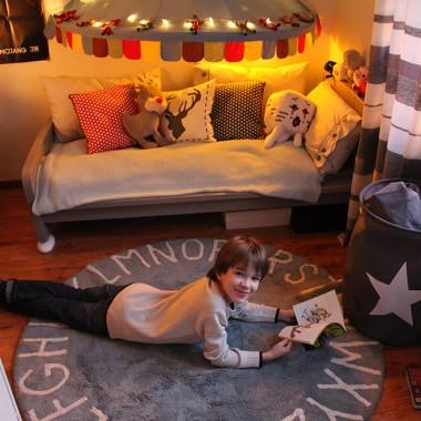 Mili, nasza ulubiona Blogerka - Ambasadorka naszej marki - Magdalena Knitter prowadząca Passion 4 Fashion blog zaprezentowała w swoim ślicznym domu produkty z naszego sklepu: włoski globus podświetlany, wianek z jemioły, szałwii i rozmarynu, a także puszysty, miły w dotyku dywan Round A w kolorze niebieskim.Wszystkie te piękne produkty znajdziecie w naszym sklepie tendom.