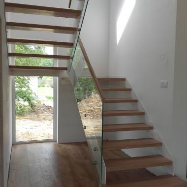 schody białe, na stalowej konstrukcji, stopnie drewno dębowe lakierowane, balustrada szklana.Projekt i realizacja.LEGAR- schody