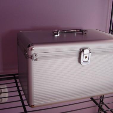 Kuferek, który pierwotnie był przeznaczony na płyty a teraz tam są moje drobiazgi.