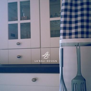 Projekt wnętrz domu z drewna. Dodatki i dekoracje w kuchni.