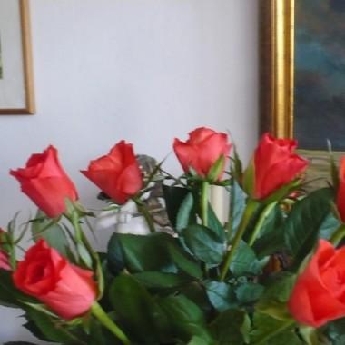 ................i róże w wazonie..................