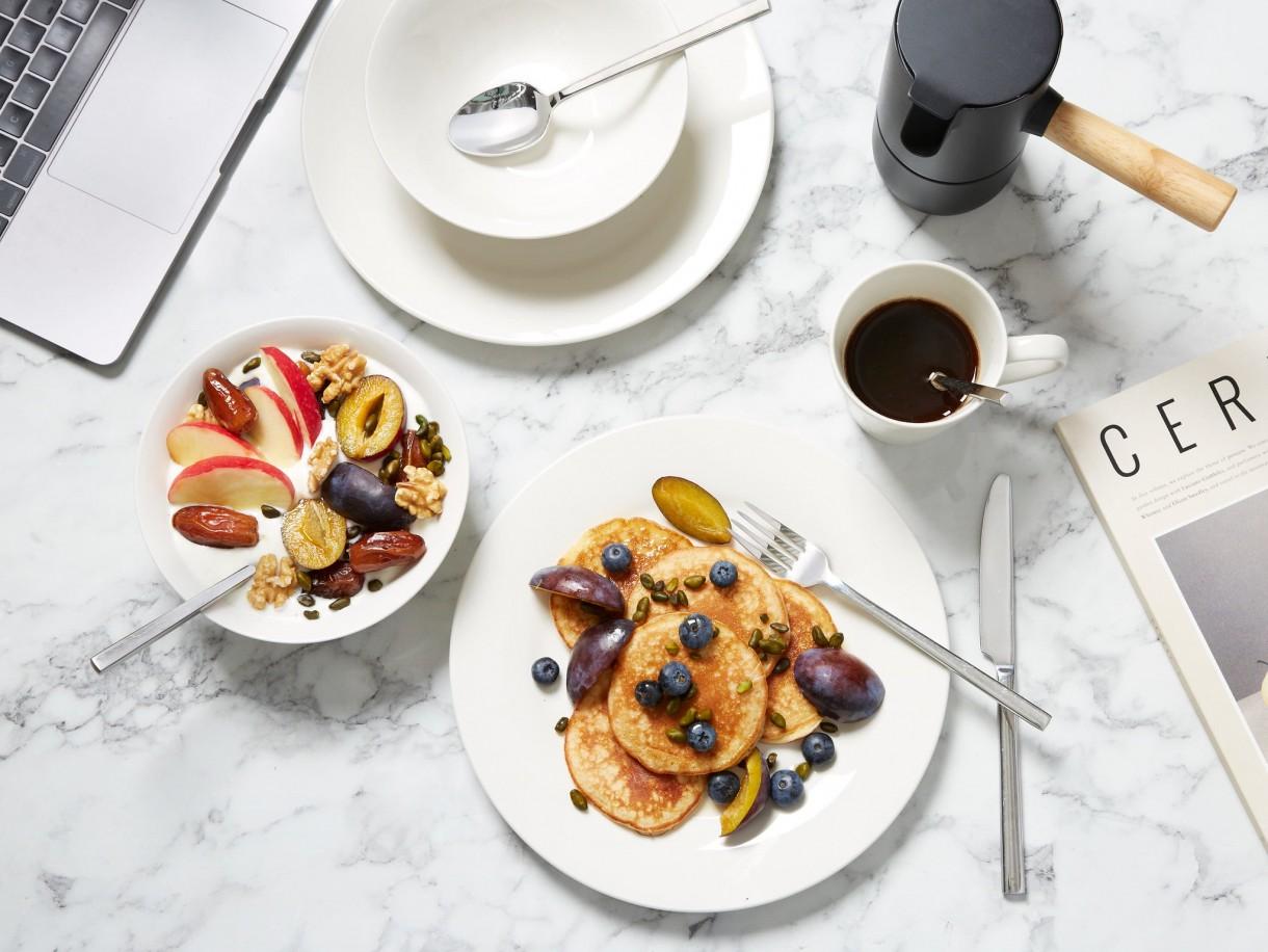 Pozostałe, BREAKFEAST = Breakfast + Feast - Podano do… łóżka Pamiętaj, że śniadanie to najważniejszy posiłek dnia. Tak samo ważne, co potrawy, jest to jak i gdzie je jesz. Dlatego zadbaj o odpowiednie podanie posiłku. Śniadaniowy festiwal nie musi odbywać się w jadalni. Równie dobrze możesz urządzić go w łóżku i beztrosko odpoczywać przez resztę dnia. Elegancką filiżankę z kawą postaw na stoliku kawowym, a resztę śniadania zaserwuj do łóżka na tacy. Zapewni ona stabilne podłoże naczyniom, dzięki czemu możesz mieć pewność, że nie zabrudzisz łóżka ani pościeli. Niespieszne smakowanie posiłku będzie przyjemnością dla ciała i ducha!